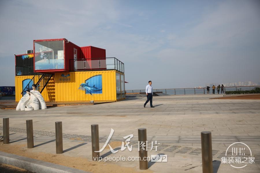 """青岛现""""集装箱""""咖啡书吧 靠近大海创意十足-2.jpg"""
