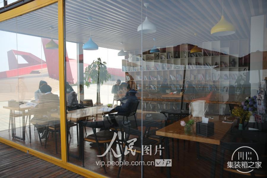 """青岛现""""集装箱""""咖啡书吧 靠近大海创意十足-6.jpg"""