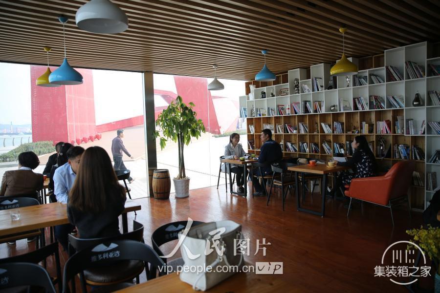 """青岛现""""集装箱""""咖啡书吧 靠近大海创意十足-8.jpg"""