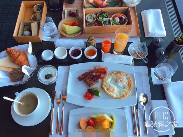 逼格尽显!55岁巩俐度蜜月,戴墨镜吃早餐,住1.5万一晚的酒店-4.jpg