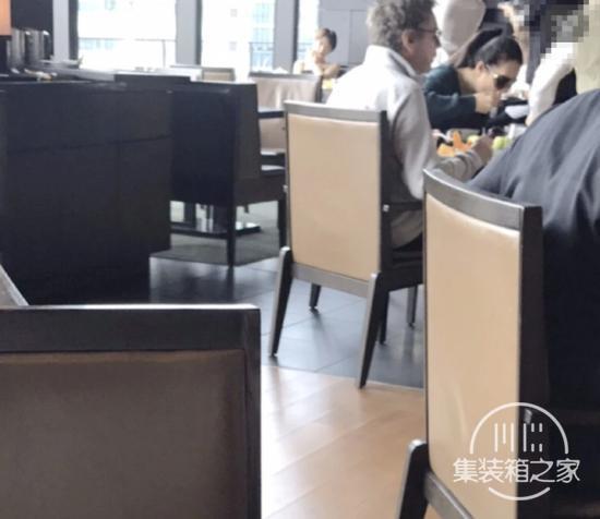 巩俐与老公现身日本,餐桌上大快朵颐超豪放,入住酒店一晚一万五-1.jpg
