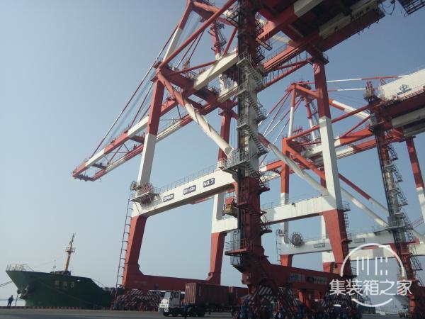 岸桥显身手 奉献在码头——小记营口港集装箱码头岸桥司机韦国远和他的工作室-3.jpg