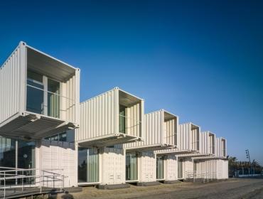 海边白色集装箱建筑