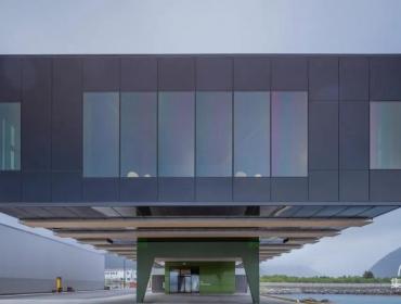 色彩缤纷的集装箱综合建筑体