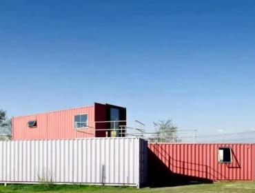建筑师将集装箱改造成一个小型的展馆。