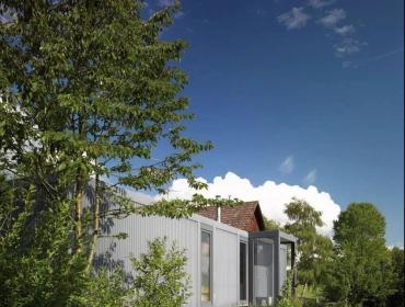 由LHVH Architekten设计比建造完成集装箱别墅