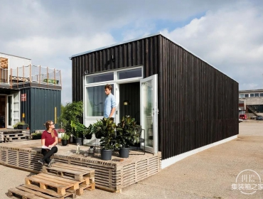 平屋顶的单层房屋外集装箱住宅