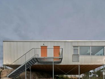 瑞典海边岩石上的集装箱之家