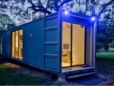 树下的灯光集装箱小屋